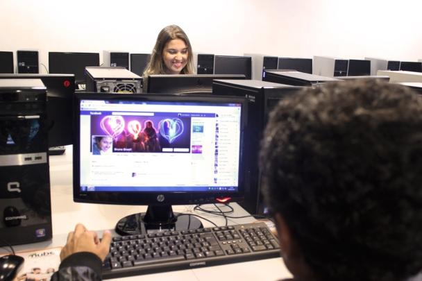 luis adorno vendo o perfil de bruna brasil no facebook